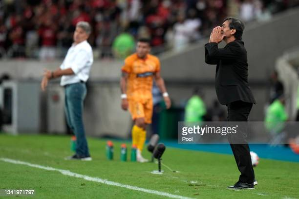 Fabián Bustos head coach of Barcelona SC gives instructions to his players during a semi final first leg match between Flamengo and Barcelona SC as...