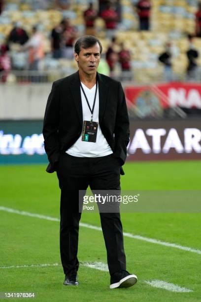 Fabián Bustos head coach of Barcelona SC looks on during a semi final first leg match between Flamengo and Barcelona SC as part of Copa CONMEBOL...