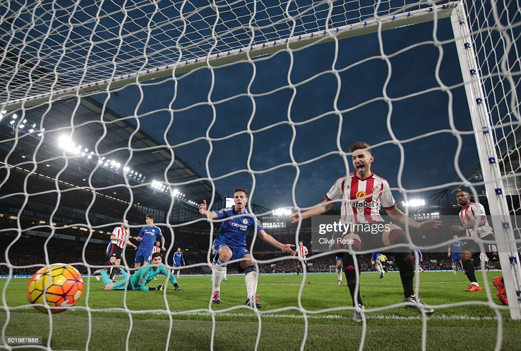 Fabio Borini (2nd R) of Sunderland scores his team's first goal during the Barclays Premier League match between Chelsea and Sunderland at Stamford Bridge on December 19, 2015 in London, England.