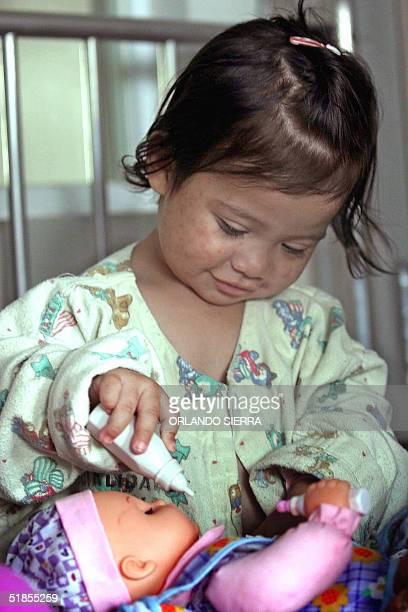 Fabiola Mirrely Lopez juega en la Sala de Pediatria del Hospital Roosvelt donde se encuentra internada en Ciudad de Guatemala el 13 de diciembre de...
