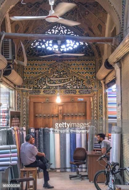 fabric shops, grand bazaar, isfahan, iran - エスファハーン グランドバザール ストックフォトと画像