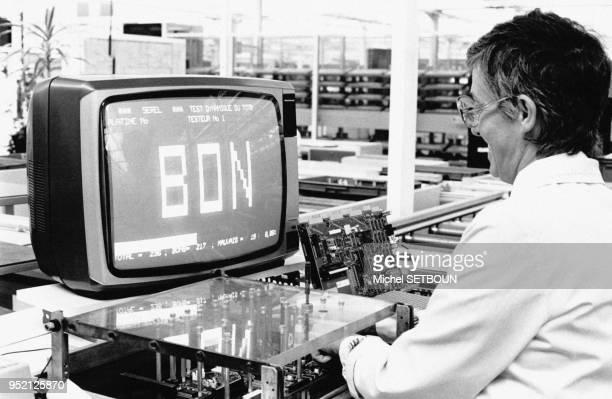 Fabrication de l'ordinateur Thomson T09 dans l'usine Thomson de SaintPierreMontlimart en MaineetLoire en France le 11 septembre 1985