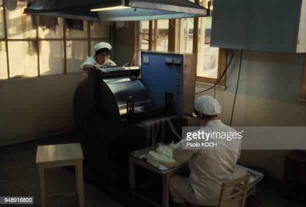 Fabrication de médicaments contraceptifs à la faculté de pharmacie de Pékin en Chine en octobre 1979