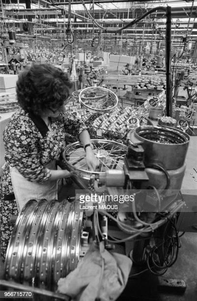 Fabrication des jantes à l'usine de deuxroues Motobécane en septembre 1979 à Rouvroy France