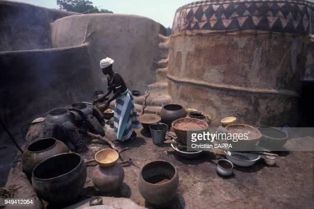 Fabrication du dolo la bière de mil dans le village traditionnel Gourounsi de Tiebele au Burkina Faso