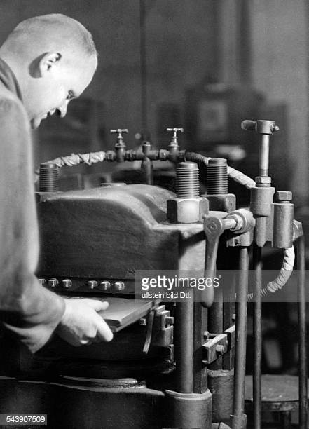 Fabrication of record Photographer Curt Ullmann Published by 'Hier Berlin' 43/1937Vintage property of ullstein bild