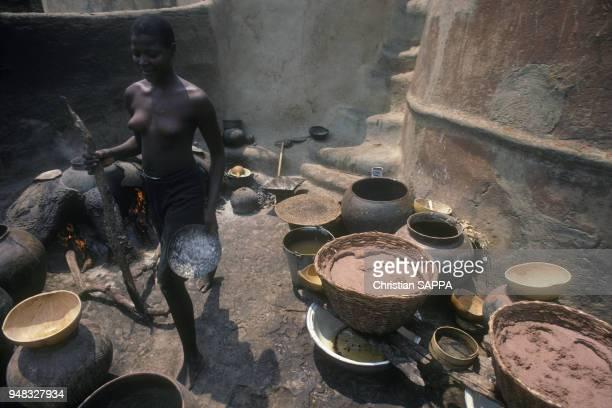 Fabrication par une dolotière de la boisson locale à base de mil le 'Dolo' en mars 1987 à Tiébélé au Burkina Faso