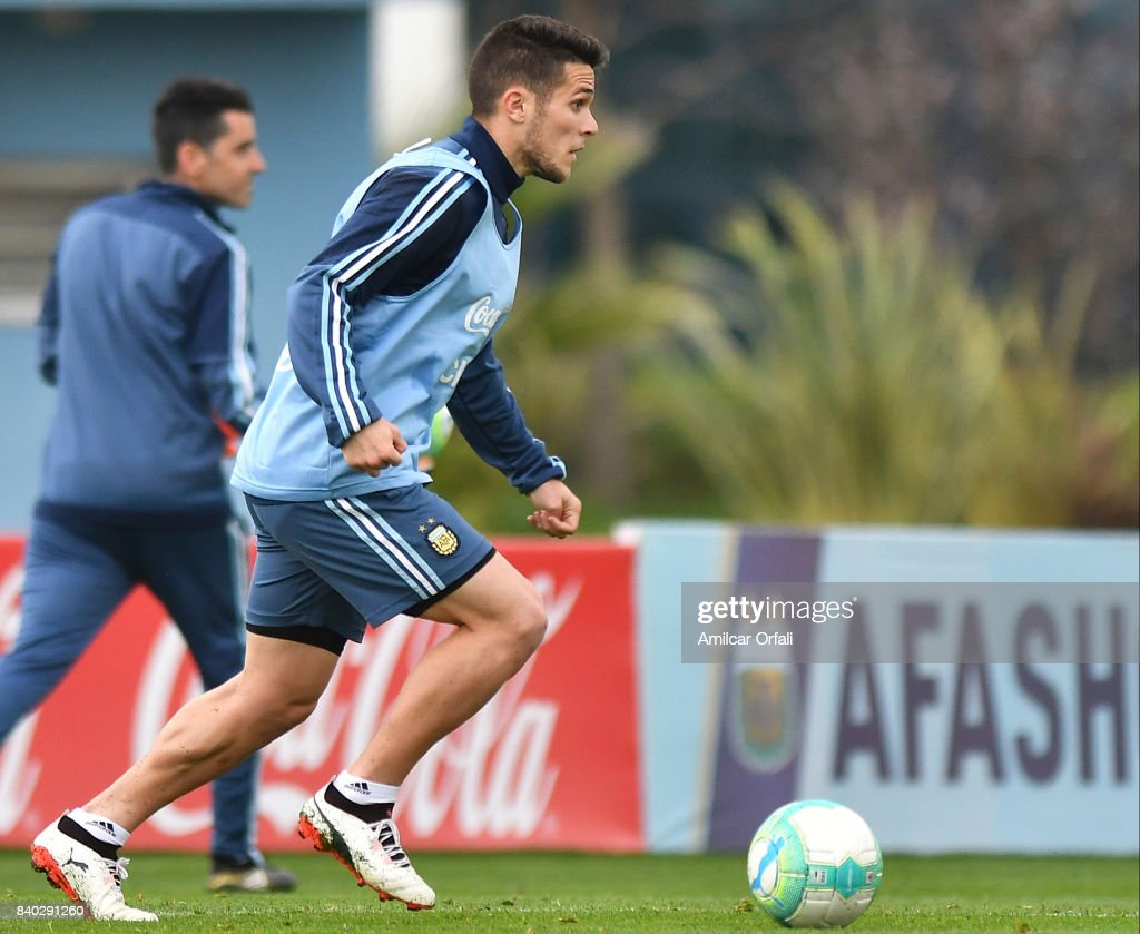Fabricio Bustos of Argentina drives the ball during a training session at 'Julio Humberto Grondona' training camp on August 28, 2017 in Ezeiza, Argentina.