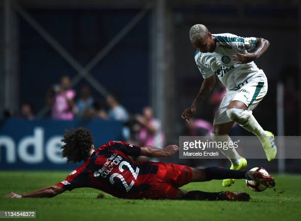 Fabricio Coloccini of San Lorenzo fights for the ball with Deyverson of Palmeiras during a group F match between San Lorenzo and Palmeiras as part of...