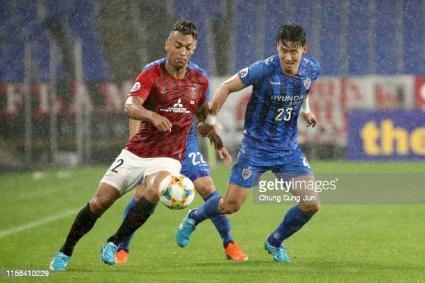 Fabricio of Urawa Red Diamonds controls the ball under pressure of Kim Tae-hwan of Ulsan Hyundai during the AFC Champions League round of 16 second...
