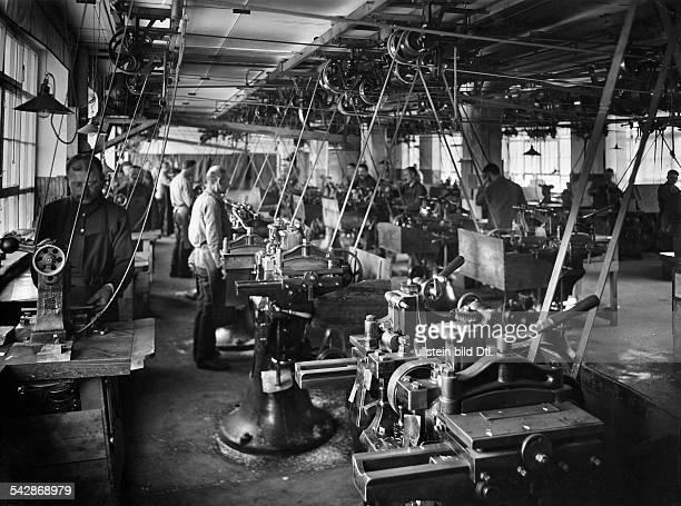 Fabrikation von Mundharmonika und Ziehharmonika der Matthias Hohner AG in Trossingen Innenansicht der Werkhalle Arbeiter an den Maschinen 1933