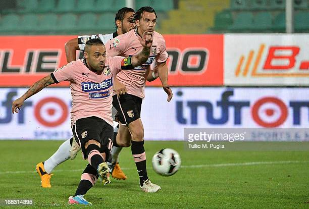 Fabrizio Miccoli of Palermo scores a penalty during he Serie A match between US Citta di Palermo and Udinese Calcio at Stadio Renzo Barbera on May 8...