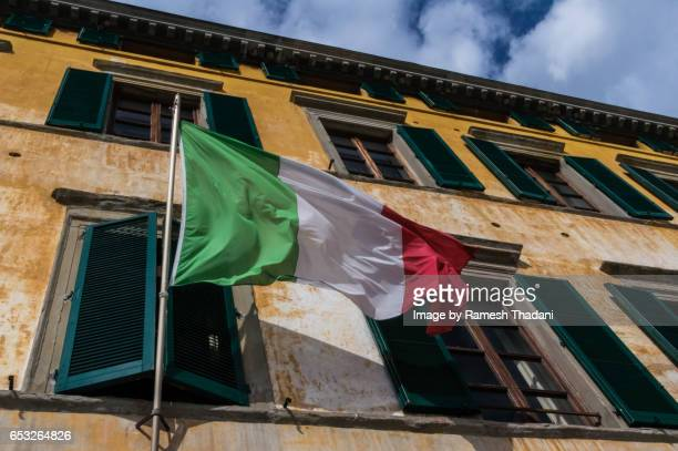 facade and flag: italy - italian flag stock pictures, royalty-free photos & images