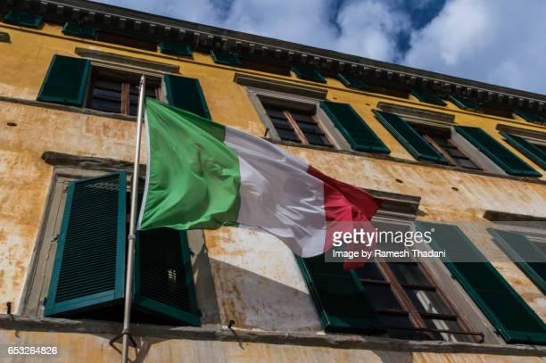 facade and flag: italy - bandera italiana fotografías e imágenes de stock