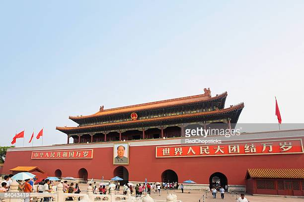 facade of a building, tiananmen gate of heavenly peace, tiananmen square, beijing, china - bandiera comunista foto e immagini stock