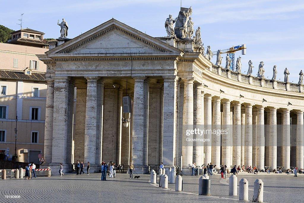 Facade of a church, Bernini's Colonnade, St. Peter's Square, Vatican City : Foto de stock