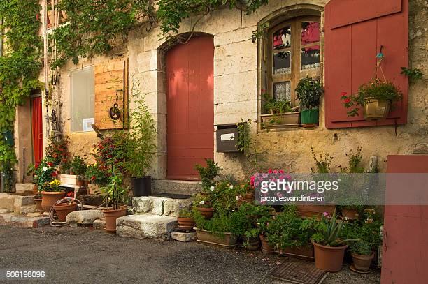 Façade d'une maison avec des fleurs français