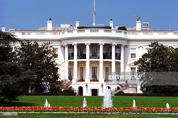 facade of a government building, white house, washington dc, usa - la maison blanche photos et images de collection