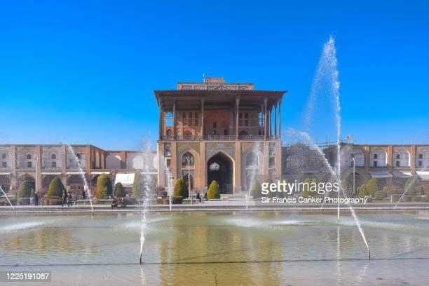 """facade of """"ali qapu"""" palace at early morning on """"emam square"""" (""""naqsh-e jahan square"""") in isfahan, iran - イマームホメイニ広場 ストックフォトと画像"""