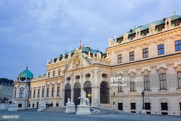 Fachada de Palacio Belvedere en Viena, Austria por la noche
