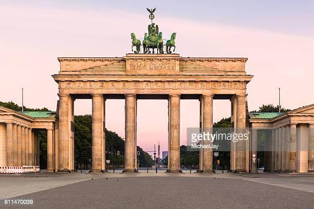 facade of brandenburg gate against sky - brandenburger tor stock-fotos und bilder