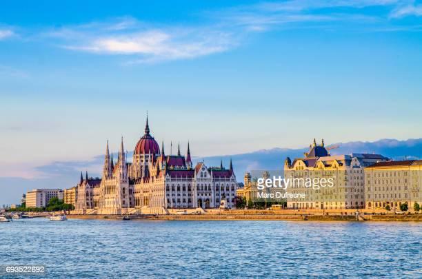 Façade du Parlement de Budapest vu de l'autre côté du Danube