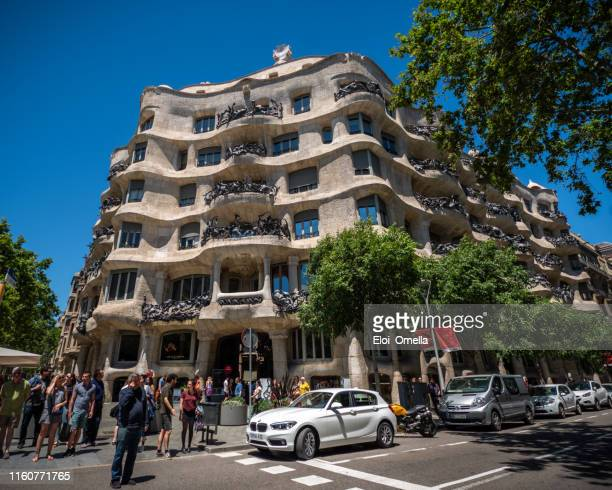 fachada de casa mila la pedrera de antoni gaudí. barcelona, españa - barcelona españa fotografías e imágenes de stock