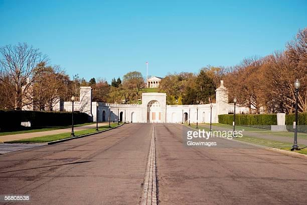 facade of entrance to arlington national cemetery, arlington, virginia, usa - größere sehenswürdigkeit stock-fotos und bilder