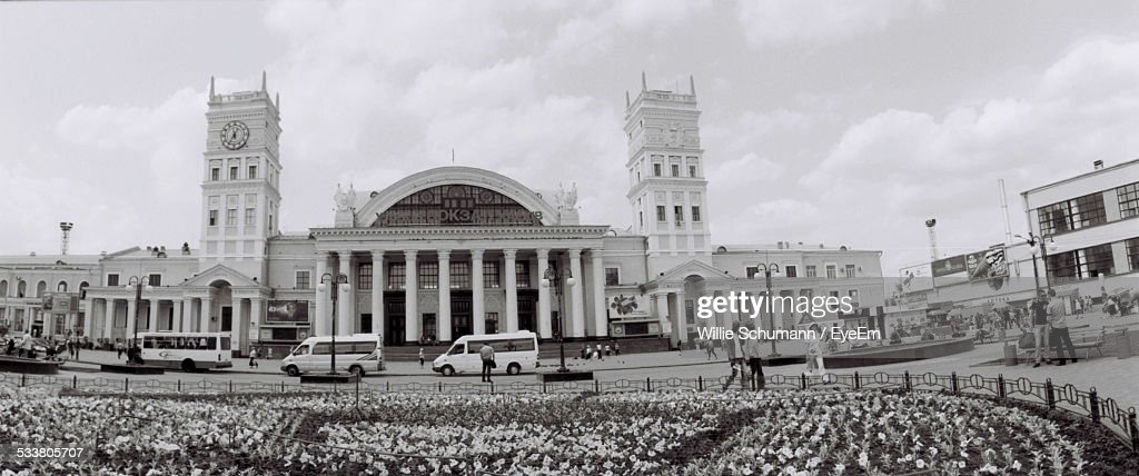 Facade Of Government Building With Colonnade And Towers : Foto stock