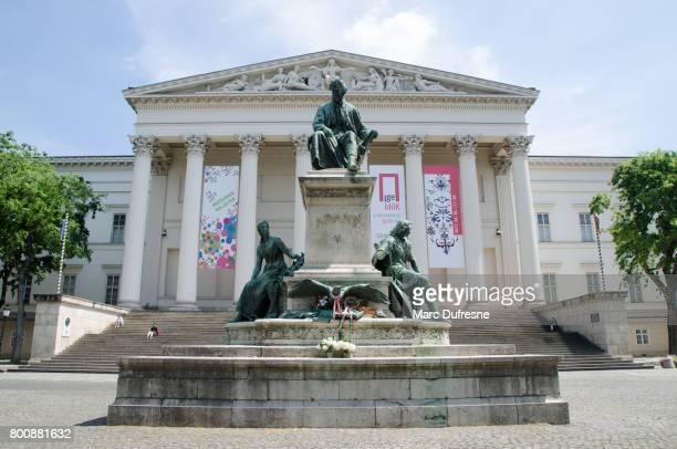 Façade du Musée National hongrois avec statue au premier plan