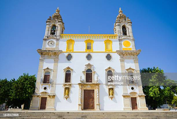 正面玄関の教会は、ポルトガルで carmo ファロエ - ポルトガル ファロ県 ストックフォトと画像