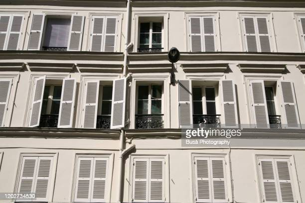 facade of residential building in paris, france - façade photos et images de collection