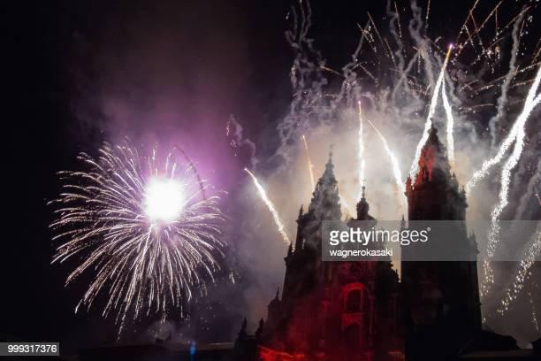 セイント ・ ジェームズを使徒の祝日を祝う夜、花火とサンティアゴ ・ デ ・ コンポステーラ大聖堂のファサード - 使徒 ストックフォトと画像