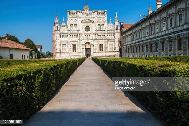 教会のファサードは、チェルトーザ ・ ディ ・ パヴィーアと呼ばれる - イタリア パヴィア ストックフォトと画像
