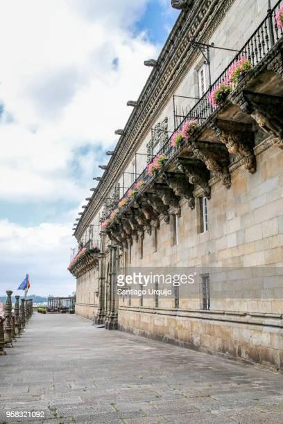 facade of the hostal dos reis catolicos - catolicismo fotografías e imágenes de stock
