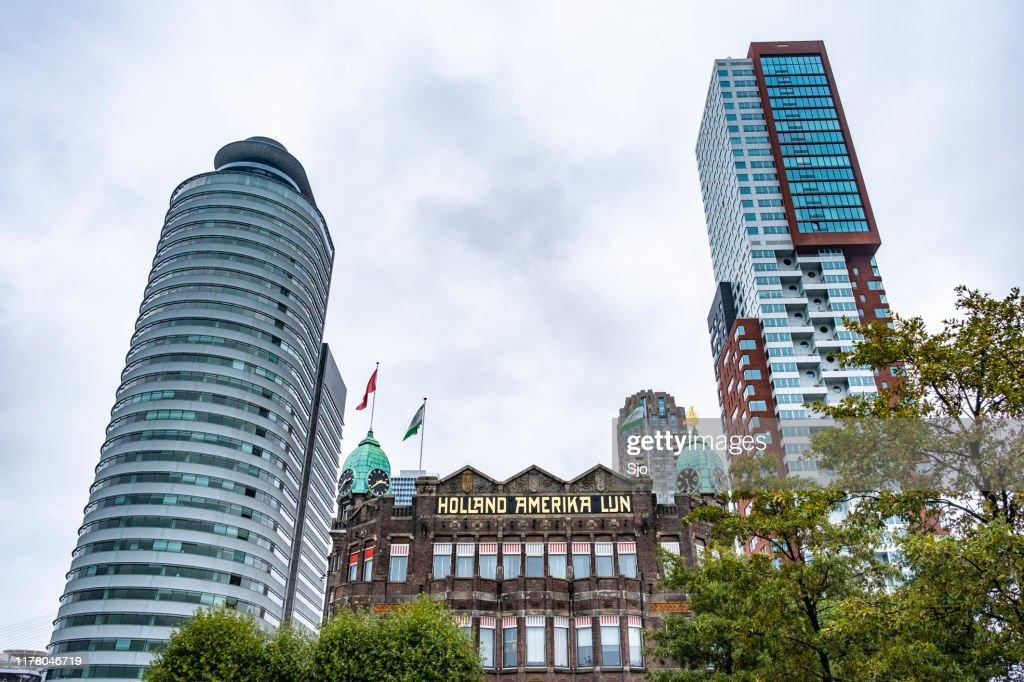 Fachada do Hotel New York com arquitetura moderna no fundo em Rotterdam : Foto de stock
