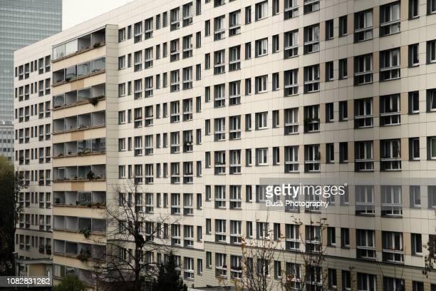 facade of typical prefabricated concrete slab building (plattenbau) in the center of east berlin, germany - alemania del este fotografías e imágenes de stock