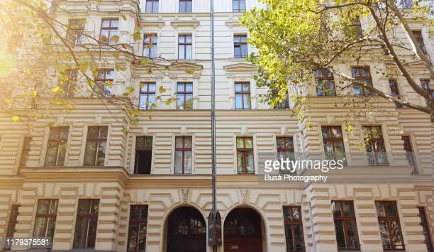 facades of pre-war residential buildings in the district of prenzlauer berg, berlin, germany - プレンツラウアーベルグ ストックフォトと画像