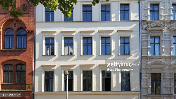 facades of residential building in the center of berlin, germany - gebäudefront stock-fotos und bilder