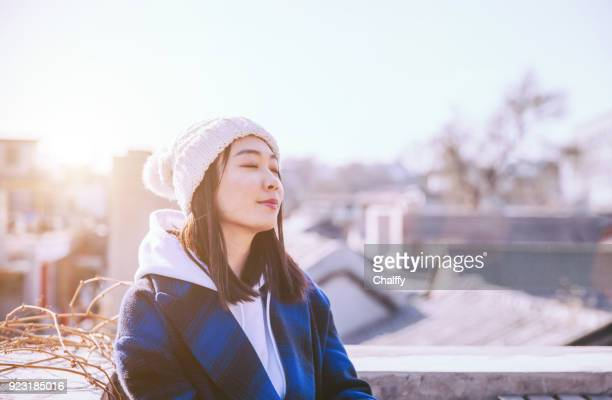 屋外笑顔の女性顔 - 中国北東部 ストックフォトと画像