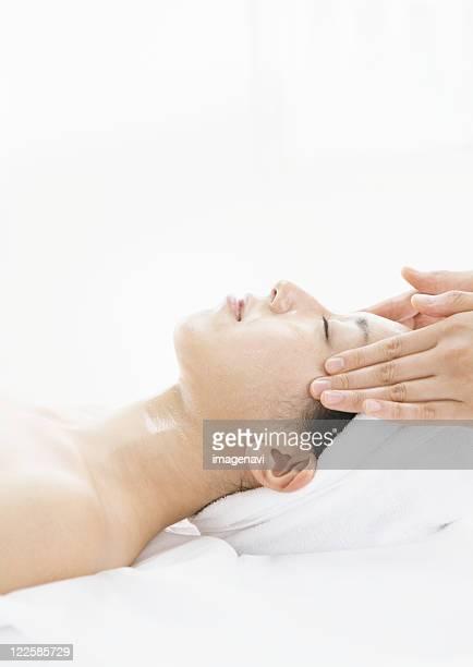 face massage - estetista foto e immagini stock