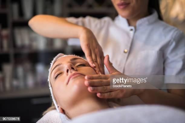 massagem facial - mascara - fotografias e filmes do acervo