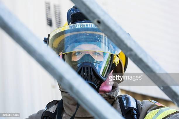 Rosto de uma mulher Bombeiro em equipamento de protecção