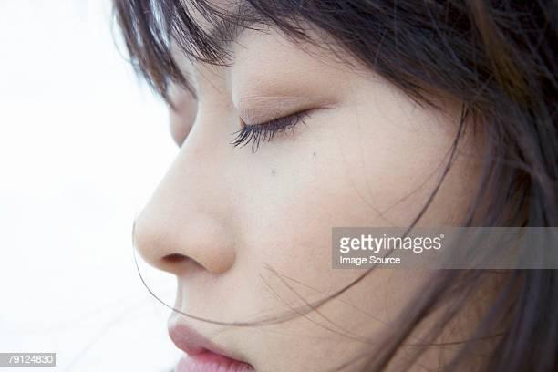 顔の女性の目を閉じた - 目を閉じた ストックフォトと画像