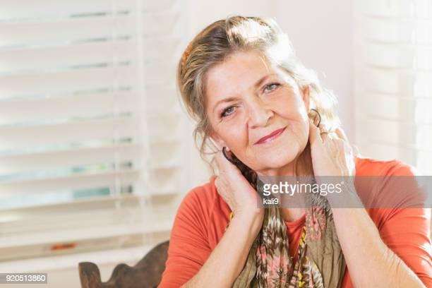 gesicht einer eleganten senior frau zu hause - lässig schicker stil stock-fotos und bilder