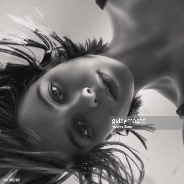 face of caucasian woman looking at camera - omlaag kijken stockfoto's en -beelden