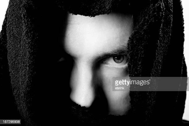 顔の方にいる若い男性暗いながら b &w - 聖職服 ストックフォトと画像