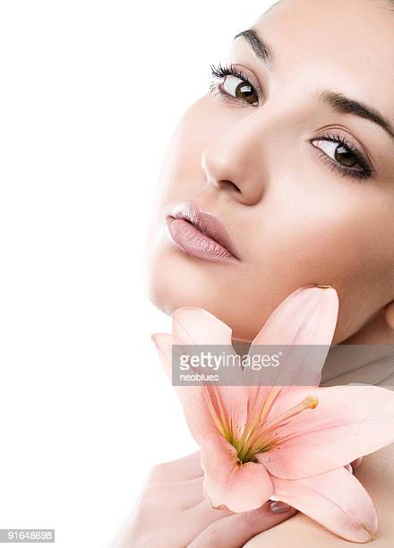 Visage de femme avec fleur