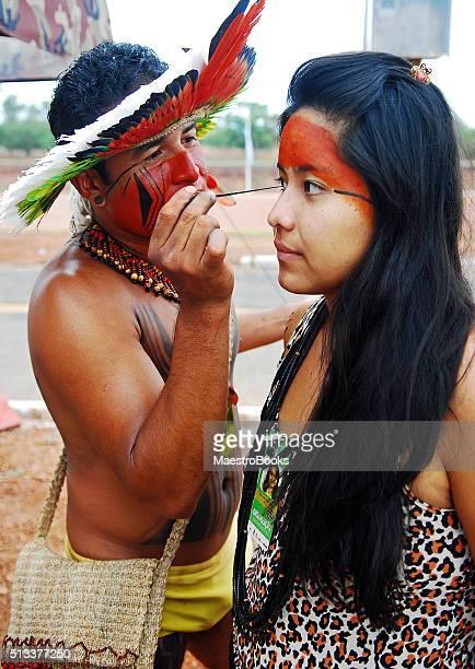 Cara pintada de cerimónia nativo.