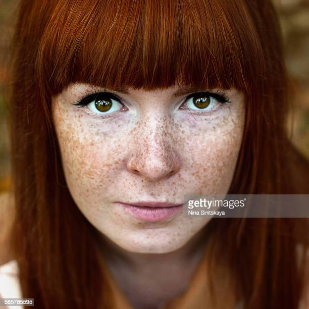 face shot of beautiful red woman with freckles - sarda - fotografias e filmes do acervo